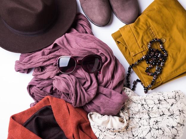 Plat met herfstkleding van de vrouw, een hoed met een bril