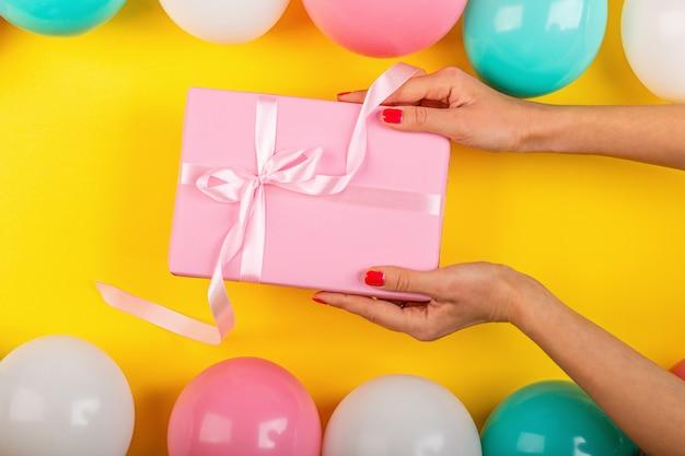 Plat met verjaardagscadeau doos