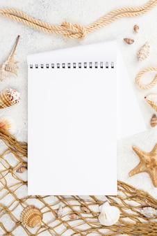 Plat notitieboekje met visnet