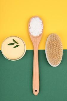 Plat op eco-cosmetica. vlakke indeling met accessoires, spa-cosmetica, badzout, crème en handdoeken. huidverzorgingsproduct, natuurlijke cosmetica, platte styling.