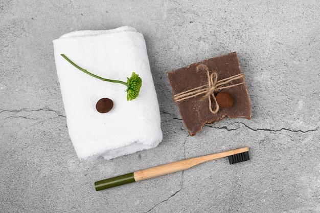 Plat op natuurlijke cosmetica. vlakke indeling met accessoires, spa-cosmetica, badzout, crème en handdoeken. huidverzorging, natuurlijke cosmetica