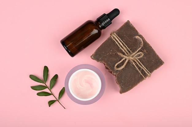 Plat op natuurlijke cosmetica. vlakke indeling met accessoires, spa-cosmetica, badzout, crème en handdoeken. huidverzorgingsproduct, natuurlijke cosmetica, platte styling.