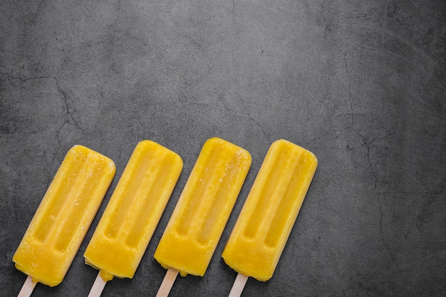 Plat op smaak gebracht ijs op stok