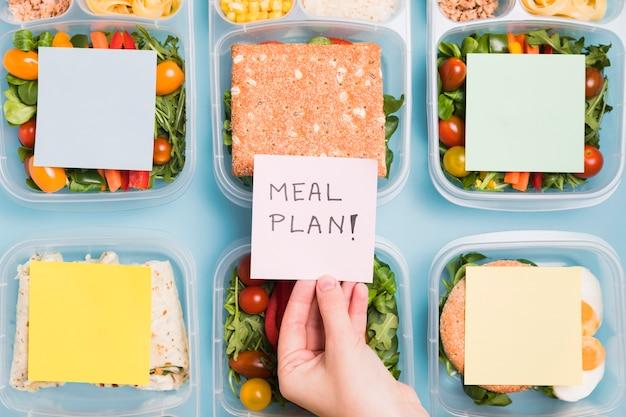 Plat opgestelde lunchboxen met blanco karton