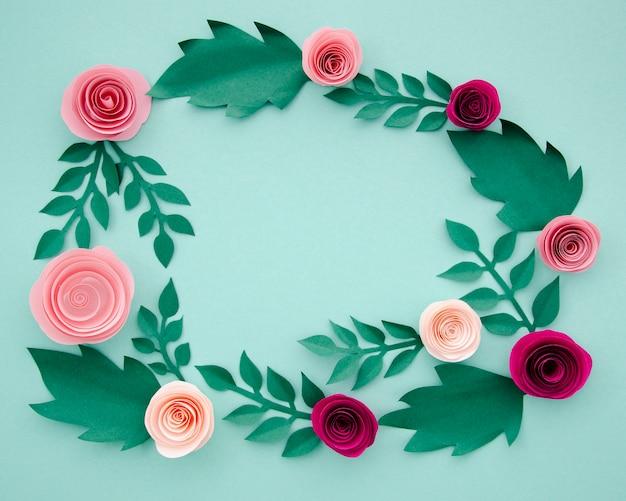 Plat papier bloemen en bladeren op blauwe achtergrond