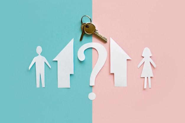 Plat papier familiehuis gescheiden met sleutel
