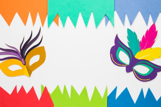 Plat papier uitgesneden en carnaval maskers