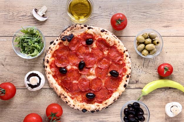 Plat pizzadeeg met pepperoni