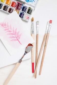 Plat schilderen van essentials met penselen