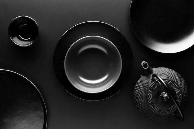 Plat serviesgoed met theepot