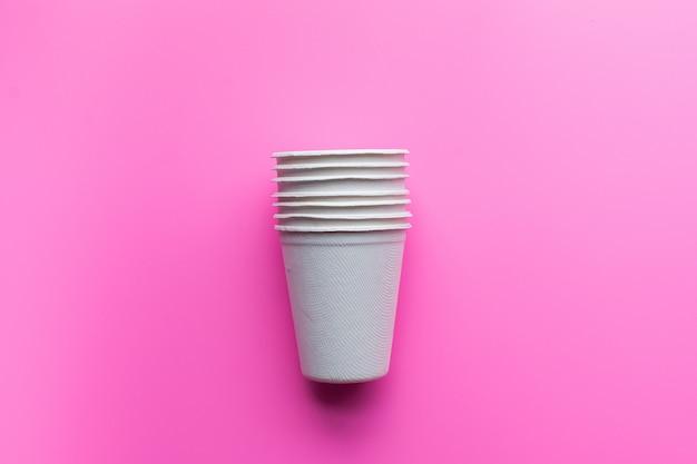 Plat van duurzame producten, papierglas op roze