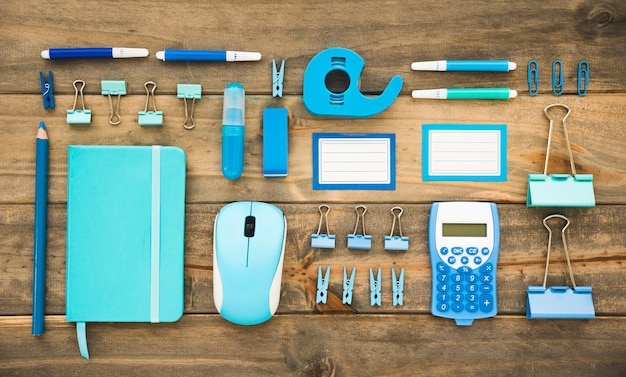 Plat van georganiseerde blauwe kantoorbenodigdheden