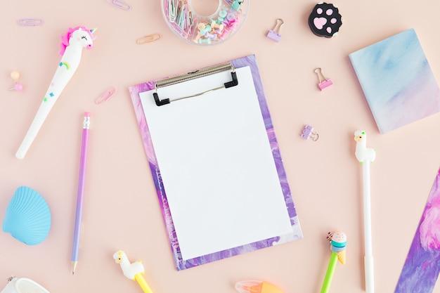 Plat van kawaii stijlvolle school briefpapier op roze, terug naar school concept.