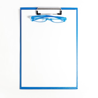 Plat van kladblok met een bril bovenop