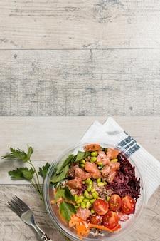 Plat van kom met assortiment van gezond voedsel