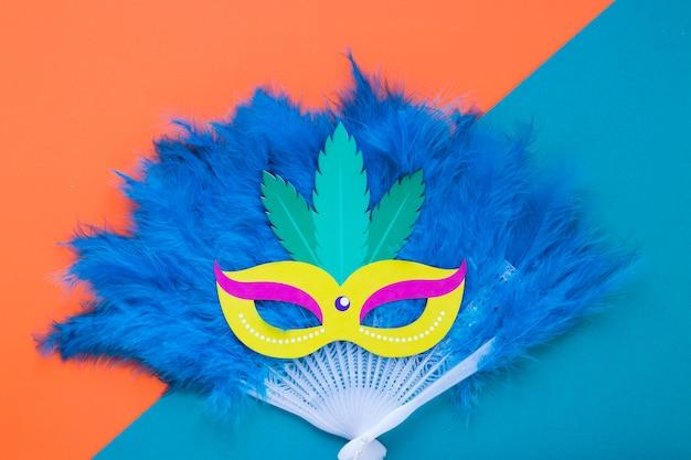 Plat van masker op verenwaaier voor carnaval