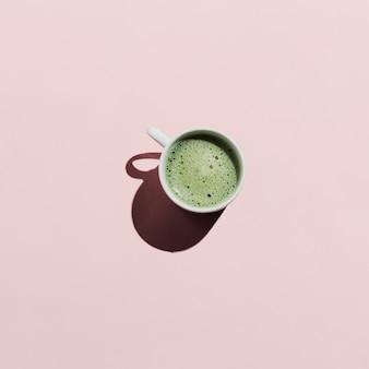 Plat van matcha-thee op roze
