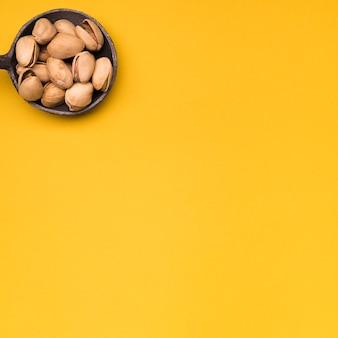 Plat van pistache met kopie ruimte