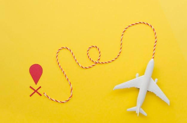 Plat vliegtuig met bestemmingsteken
