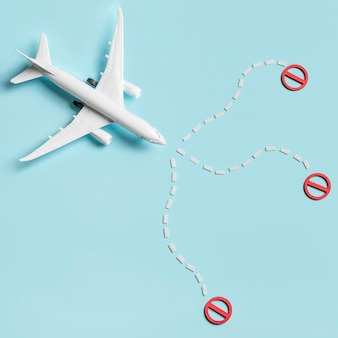 Plat vliegtuig speelgoed op blauwe achtergrond