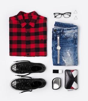 Plat vrouwelijke look met geruite t-shirt, jeans, sneakers, horloges, kam, bril, portemonnee, parfum en oorbellen