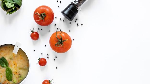 Plat zelfgemaakte soep met tomaat en kruiden