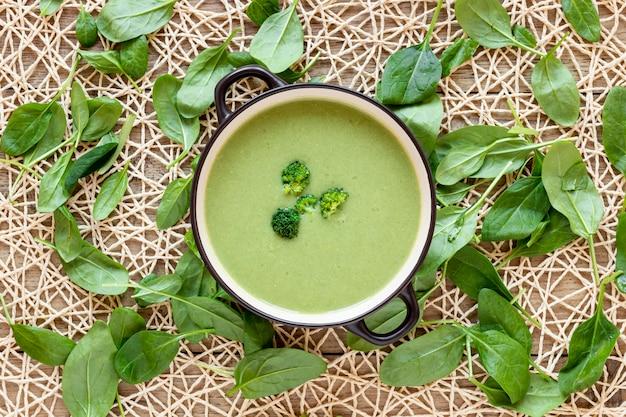 Plat zelfgemaakte soep van broccoli en spinazie