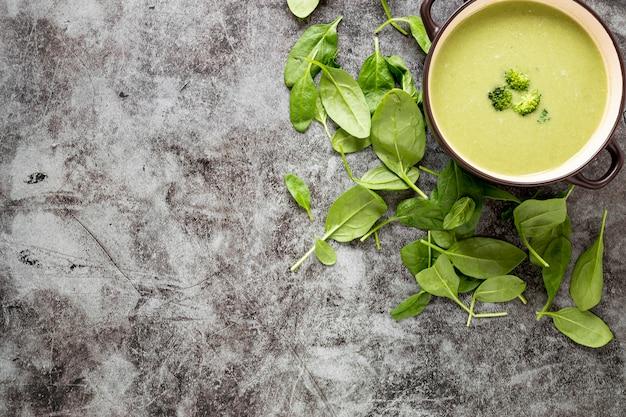 Plat zelfgemaakte soep van broccoli