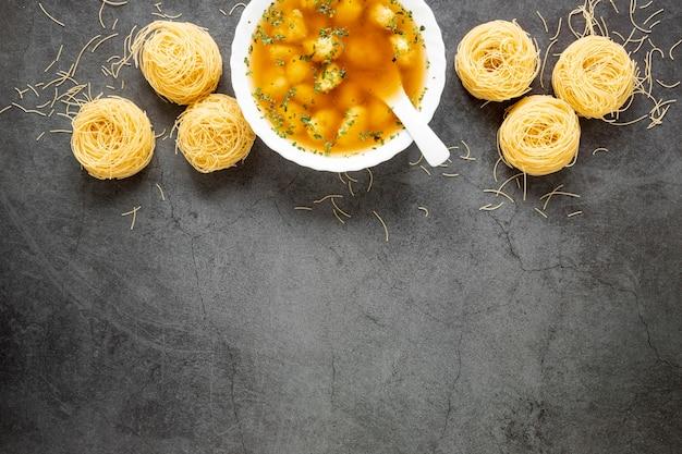 Plat zelfgemaakte soep van knoedels