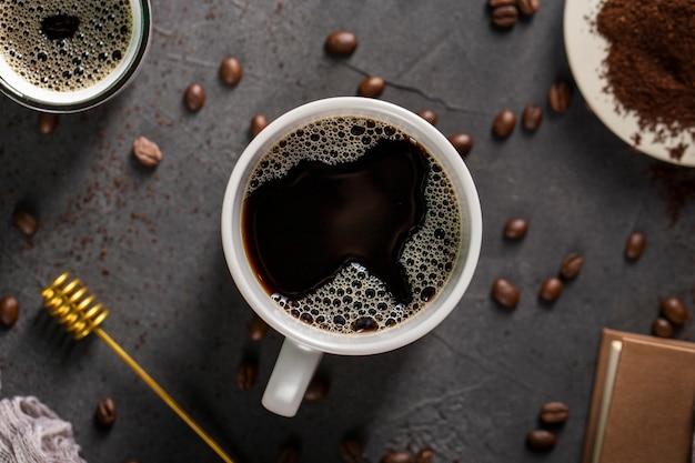 Plat zwarte koffie met bonen