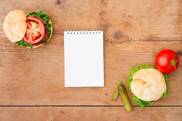 Platbakkenburger met notepad-mock-up