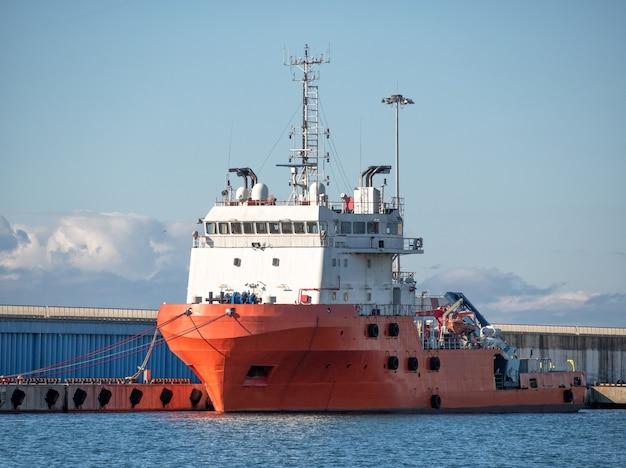 Platform bevoorradingsschip verankerd in zeehaven aan de kust
