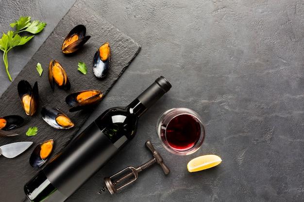 Platgelegde gekookte mosselen en wijn met copyspace