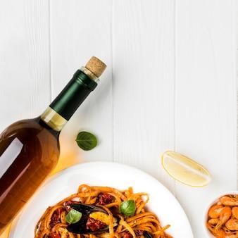 Platgelegde mosselen, pasta en wijn
