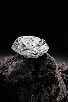 Platina goudklompje in opgravingsmijn, edelsteen, mijnbouwconcept