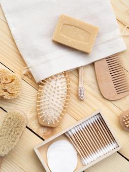 Platliggend arrangement met borstels en zeep