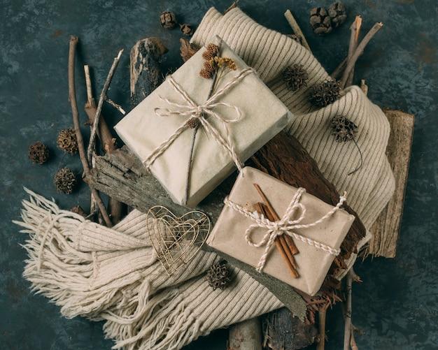 Platliggend arrangement met cadeautjes en sjaal
