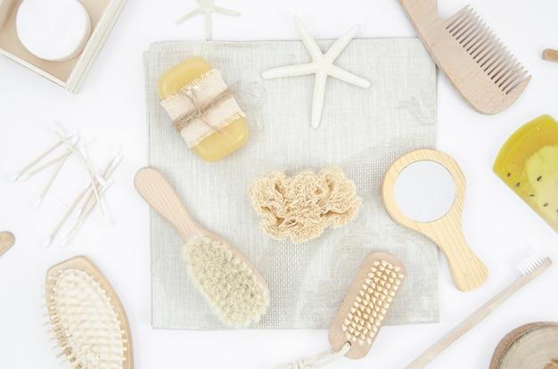 Platliggend arrangement met houten borstels en spiegel