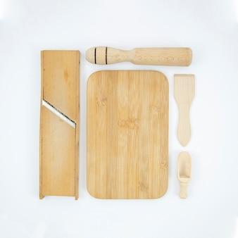 Platliggend arrangement met houten voorwerpen