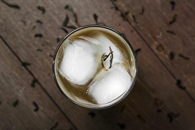 Platliggend arrangement met ijskoffie