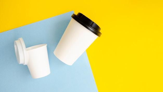 Platliggend arrangement met koffiekopjes