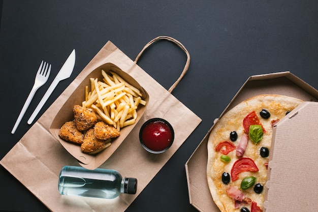 Platliggend arrangement met krokante en pizza