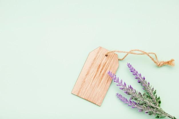 Platliggend arrangement met lavendel