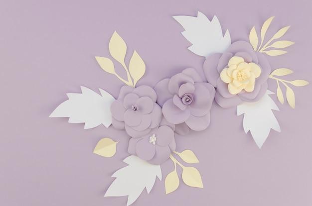 Platliggend arrangement met lente papieren bloemen