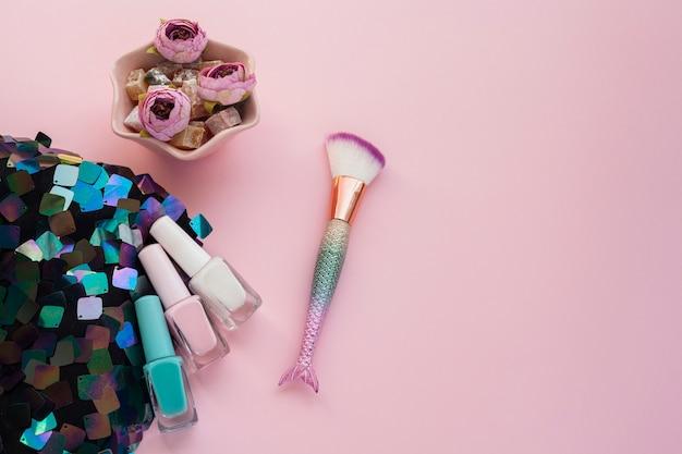 Platliggend arrangement met nagellak en make-up kwast