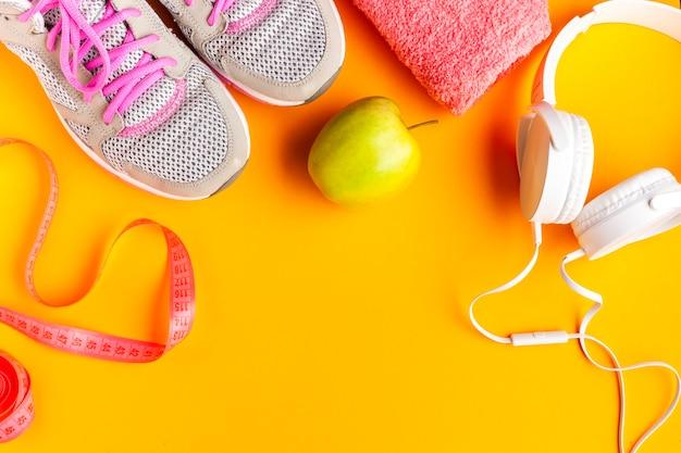 Platliggend arrangement met sportattributen en appel