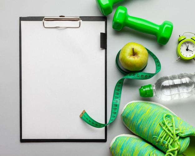 Platliggend arrangement met sportattributen en klembord