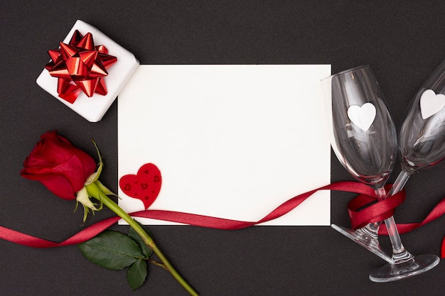 Platliggend arrangement met stuk papier en glazen