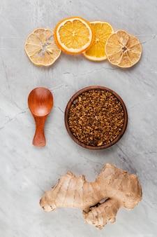 Platliggend arrangement met stukjes sinaasappel en kurkuma