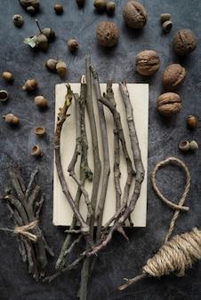 Platliggend arrangement met twijgen en noten